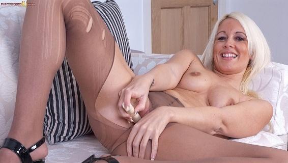 Pantyhosed4u.com- Gallery:Krystal Niles - Sitting pretty