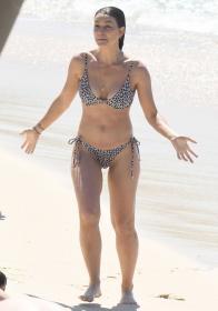 lisa-hyde-bikini-candids-at-bronte-beach-03.jpg