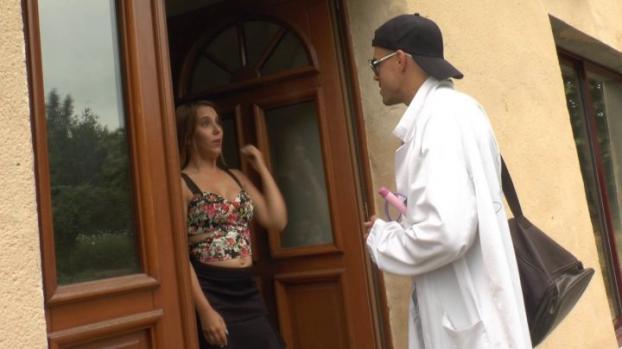 Lafranceapoil.com- Une jolie blonde fait appel a un expert pour lui ouvrir le cul