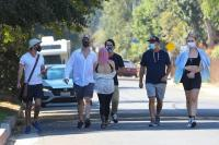 ariel-winter-walk-with-friends-in-los-angeles-02.jpg