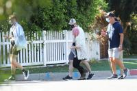 ariel-winter-walk-with-friends-in-los-angeles-08.jpg