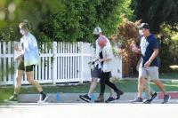 ariel-winter-walk-with-friends-in-los-angeles-22.jpg